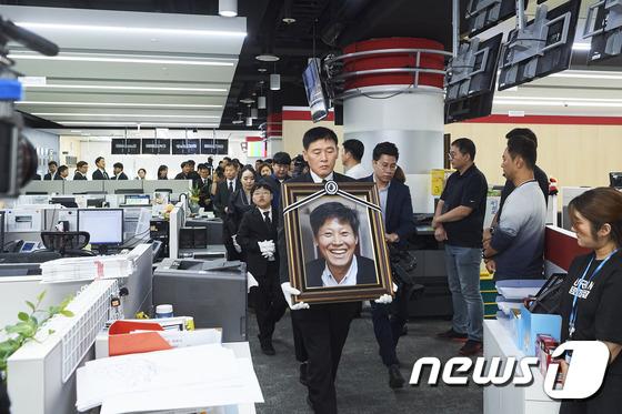 MBC 사옥 내 보도국 둘러보는 故 이용마 기자 유가족
