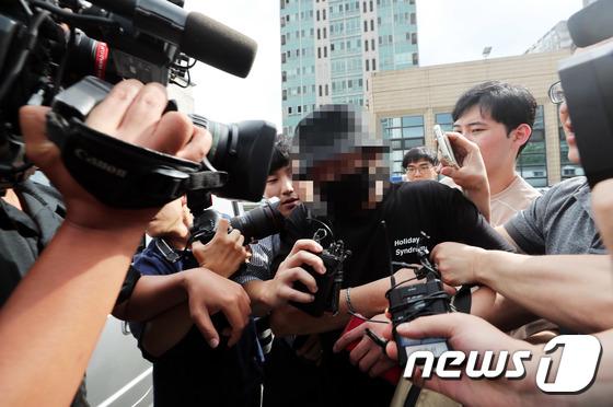 조사 마치고 경찰서 나서는 \'日 여성 폭행\' 한국인 남성