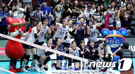 3위 기념촬영하는 여자배구대표팀