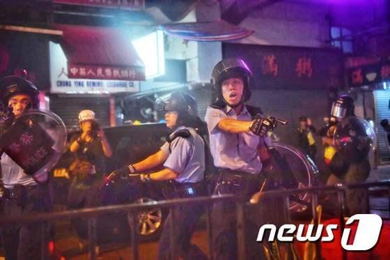 시위대에 총 겨누는 홍콩 경찰
