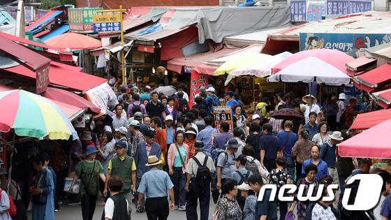 제수용품 구입하려는 시민들로 북적이는 전통시장