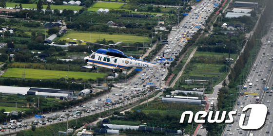 추석 고속도로 교통상황 점검하는 경찰 헬기