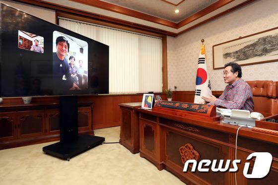 이낙연 총리, U20 정정용 감독 등 9명과 \'국민 통화\'
