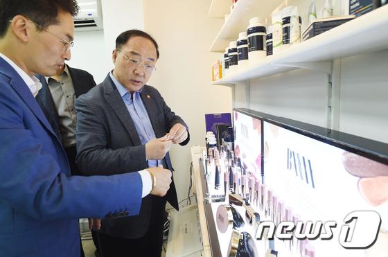 추석맞아 소재수출 중소기업 방문한 홍남기 부총리