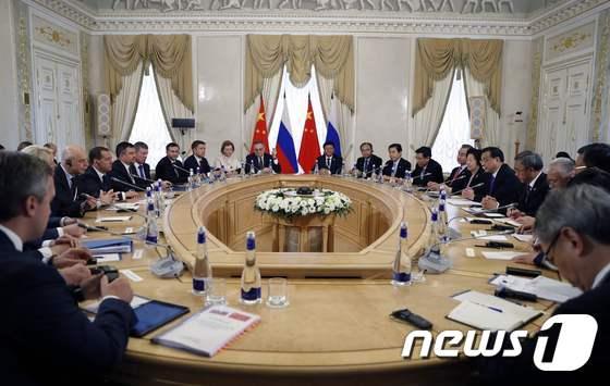 [사진] 상트페테르부르크서 러-中 총리 회담
