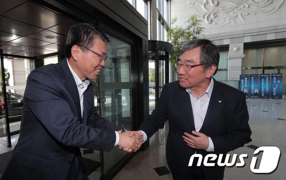 은성수 금융위원장과 윤석헌 금융감독원장 \'첫 회동\'
