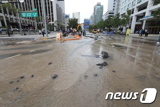 경찰청 앞 상수도 파열로 '물바다'···도로 통제