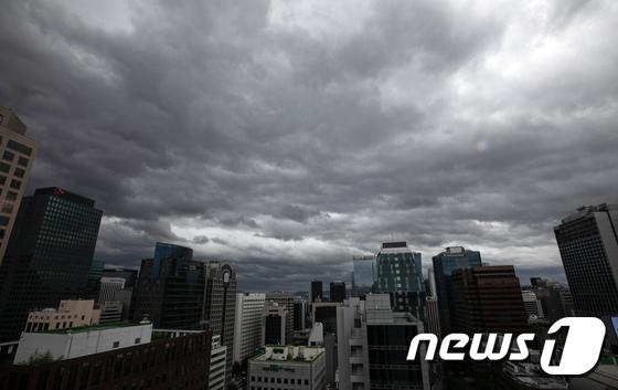태풍 링링 북상 '먹구름 드리운 하늘'