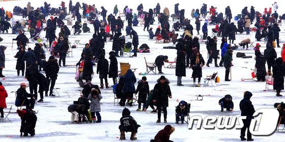 빙어축제 개막... 첫 주말에 몰린 강태공들