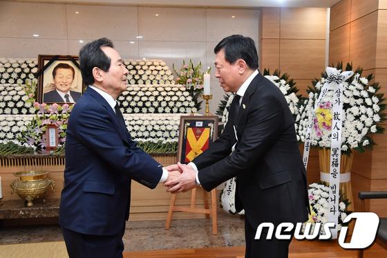 신동빈 롯데회장 위로하는 정세균 총리