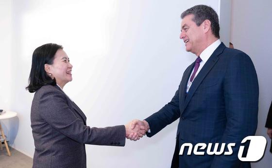 WTO 사무총장과 악수하는 유명희 통상교섭본부장