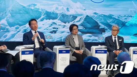 세계경제포럼 토론하는 최태원 회장