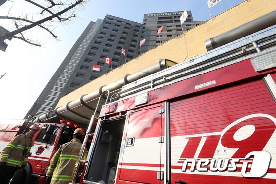 엠배서더 호텔 화재, 투숙객 등 600여명 대피소동