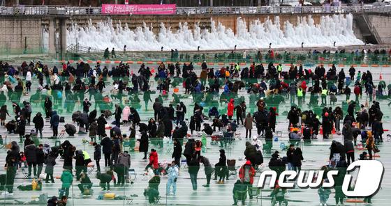'겨울축제 즐기는 산천어 낚시공'