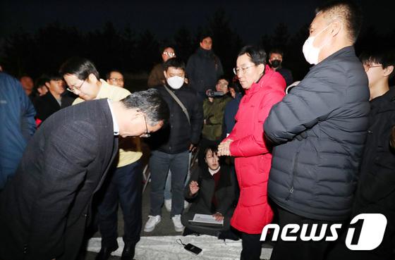 우한 교민 아산 격리수용…허리숙여 사과하는 정부 관계자