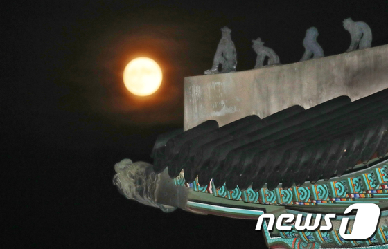 경복궁 위로 환하게 떠오른 보름달