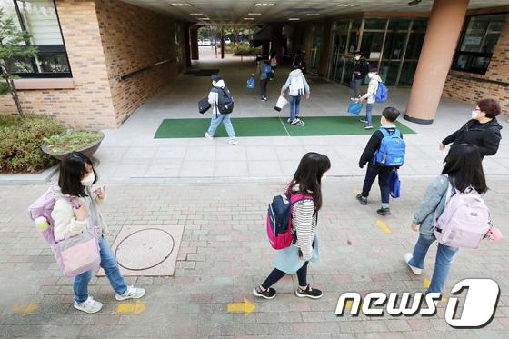 등교 확대 첫날, 거리두고 등교하는 학생들