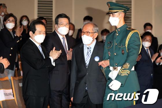 박수로 김영관 애국지사 맞이하는 정세균 총리
