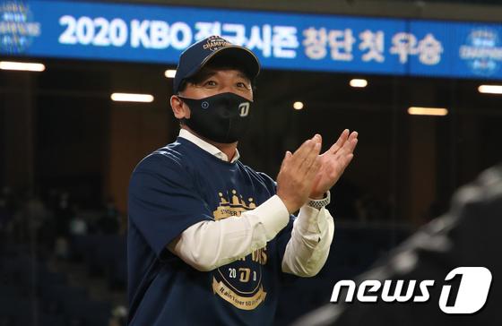 NC 우승에 박수치는 김택진 구단주