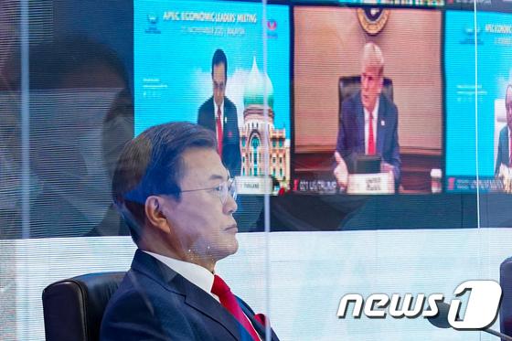 화상으로 만난 문 대통령과 트럼프 미국 대통령