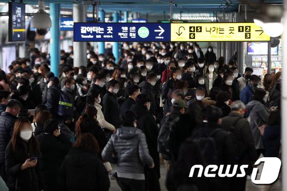 2단계로 격상된 수도권 사회적 거리두기...붐비는 출근길 지하철역
