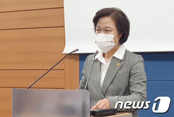 추미애 장관, 윤석열 총장 징계청구·직무배제\' 명령