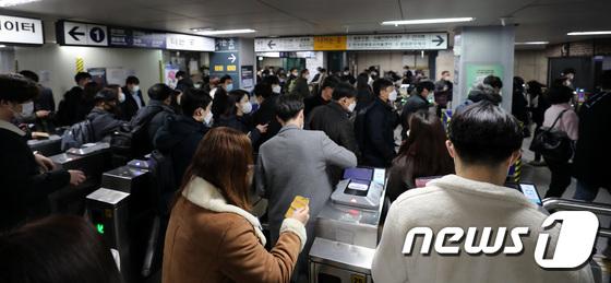 \'빨리 귀가하세요\' 오늘 밤10시부터 서울 지하철 운행 20% 감축