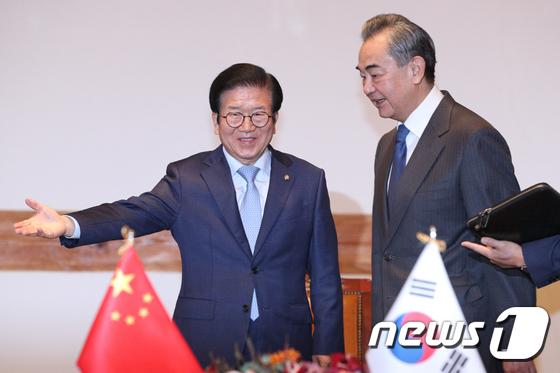 왕이 외교부장 맞이하는 박병석 국회의장