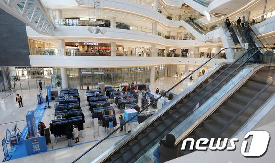 수도권 거리두기 2단계 격상 이후 첫 주말, 한산한 쇼핑몰