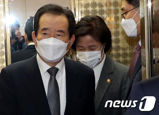 국무회의장 향하는 정세균 총리·추미애 장관