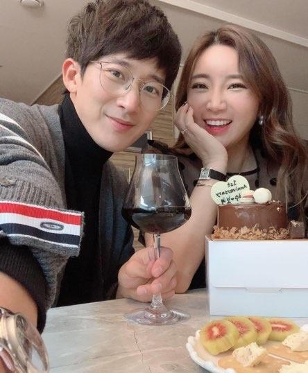 "[N샷] ""Happy First Anniversary""이보미 ♥ 이완, 결혼 1 주년 파티 → 명품 시계 선물"