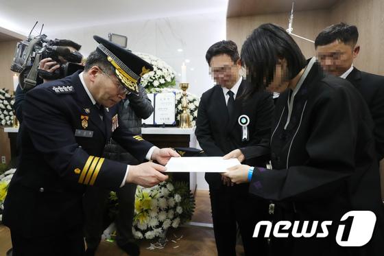 민갑룡 경찰청장, 유가족에게 문 대통령 조전 전달