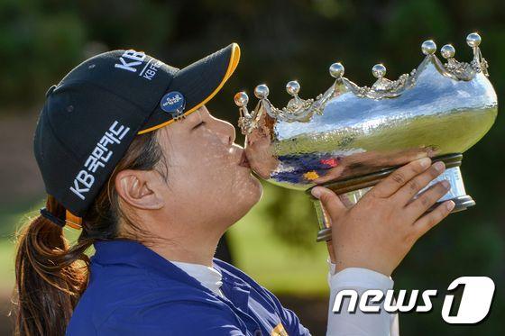 LPGA 통산 20번째 우승 달성한 박인비 \'우승트로피에 입맞춤\'