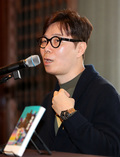 질문에 답하는 소설가 김영하
