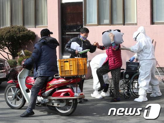 \'코로나19 음성\' 집으로 향하는 청도대남병원 일반병실 환자들