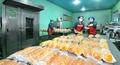마스크 쓰고 일하는 북한 선교식료공장 근로자들