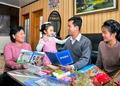 광명성절 맞아 학용품 받은 북한 어린이