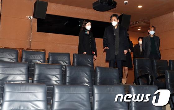 관람객 급감한 영화관 점검 나선 박양우 장관