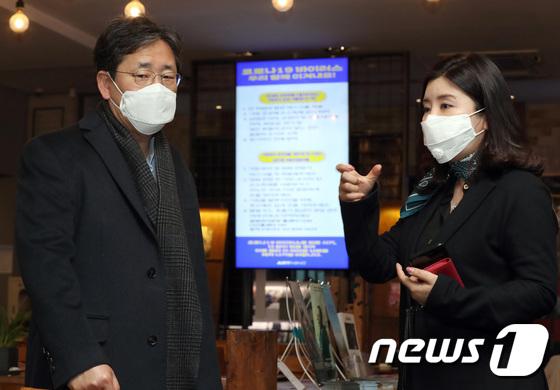 영화관 상황 청취하는 박양우 장관
