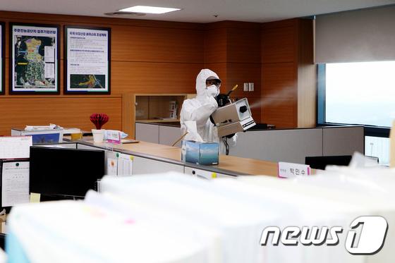 강릉시청 내부 코로나19 예방 위한 방역작업