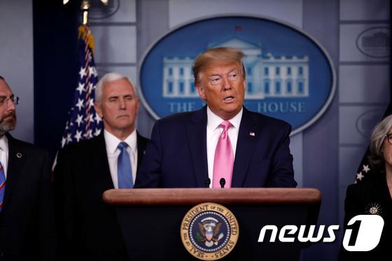 """트럼프, 한국 입국제한 조치 질문에 """"적기 아니다"""""""
