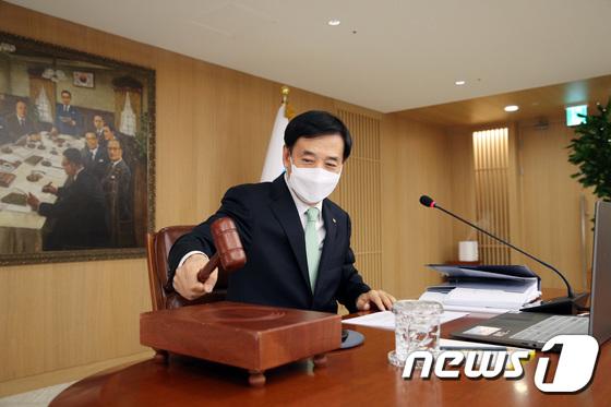 마스크 쓰고 의사봉 두드리는 이주열 총재