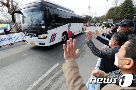 격리생활 마치고 이천 국방어학원 떠나는 3차 우한 교민들