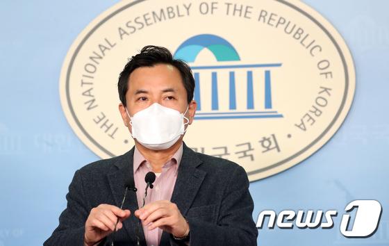 선거구 획정 관련 기자회견하는 김진태