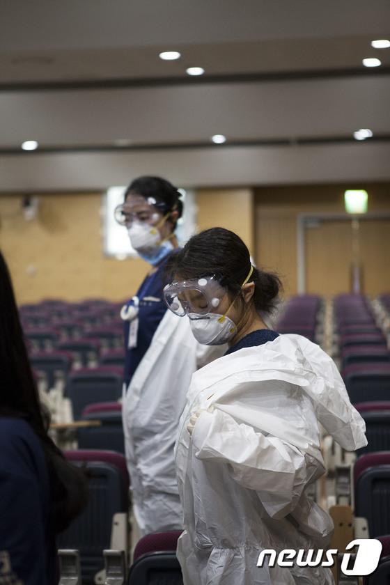 보호구 입고 코로나19 대응 준비하는 의료진