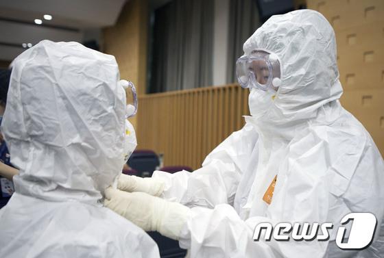 서울의료원 의료진, 레벨D 보호구 착탈의 집중 훈련