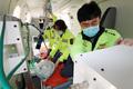 닥터헬기 점검하는 정경원 외상센터장과 의료진
