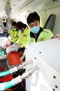 운항 재개 앞두고 의료장비 점검하는 정경원 외상센터장