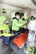 닥터헬기 운행 재개, 장비 점검하는 정경원 외상센터장과 의료진