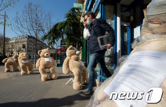 프랑스, 곰 인형 이용한 '사회적 거리두기' 캠페인
